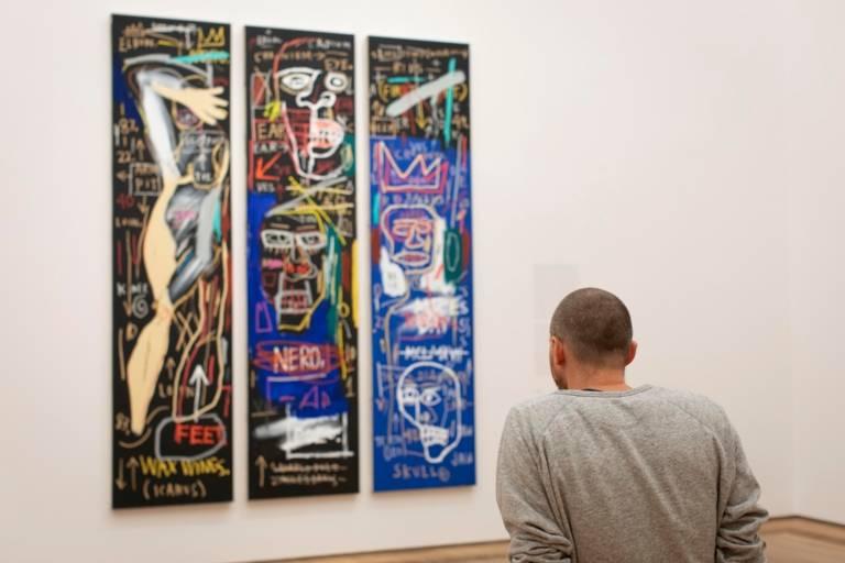 Ein Mann betrachtet ein Kunstwerk im Museum Brandhorst in München