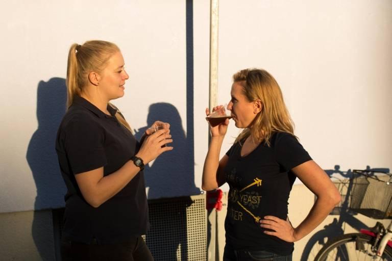 Bierverkostung von zwei Bierbrauerinnen.