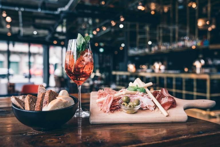 Aperol Spritz und italienische Snacks in der Bar des Ruby Lilly Hotels München