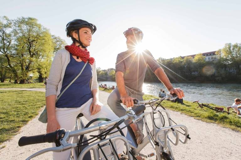 Ein Mann und eine Frau auf einem Fahrrad an der Isar in München.