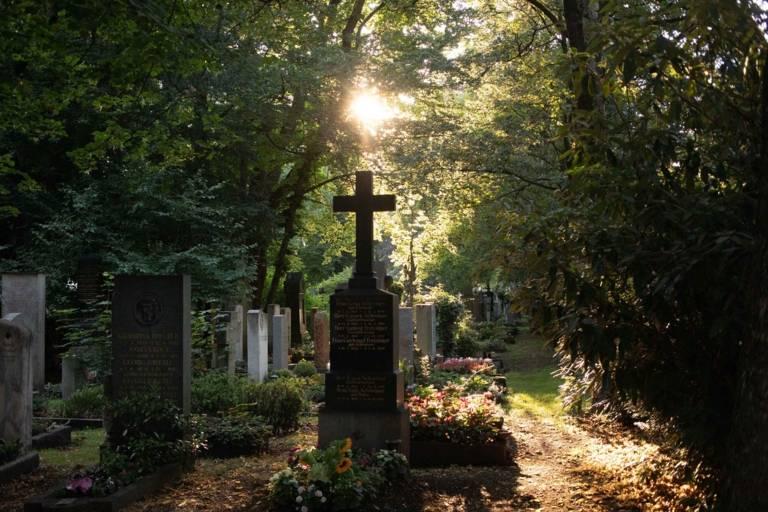 Ein Friedhof im Sonnenlicht in München.