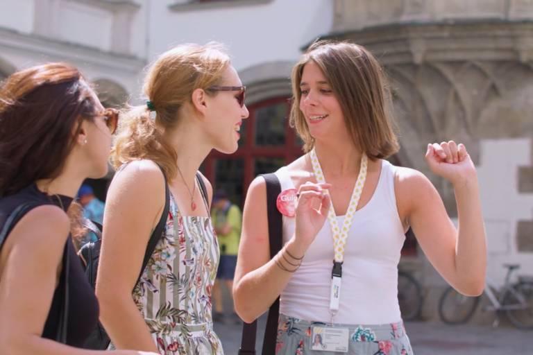 Ein Guide mit 2 Gästen auf dem Platzl in München
