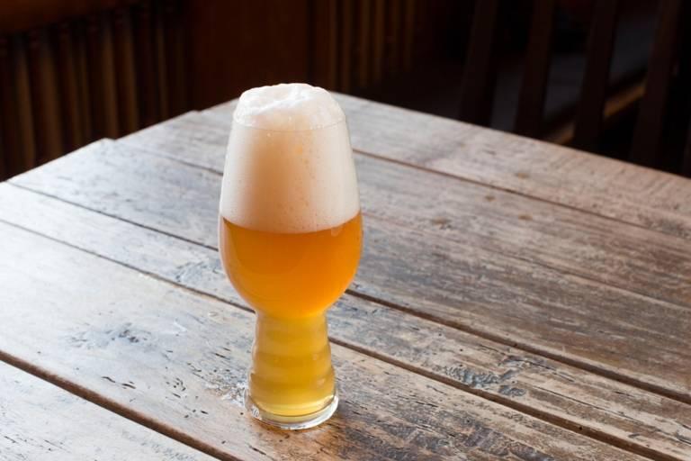 Ein Glas Bier auf einem Tisch in einer Münchner Wirtschaft.