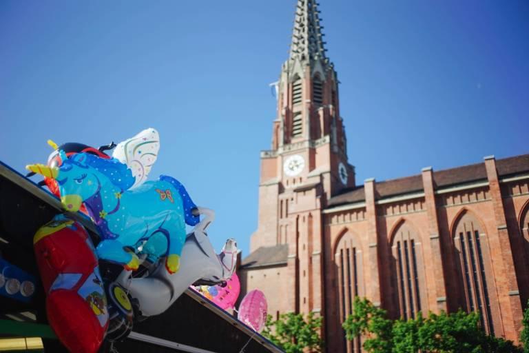 Luftballons vor der Mariahilfkirche in München