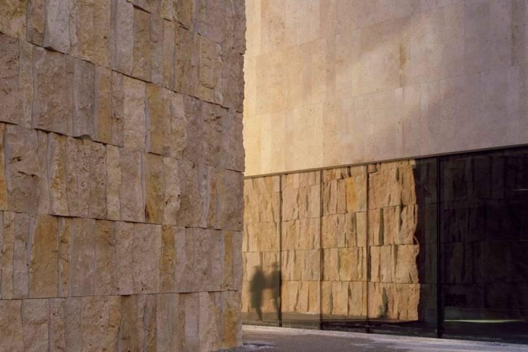 Die Silhouette zweier Menschen vor dem Jüdischen Museum in München.