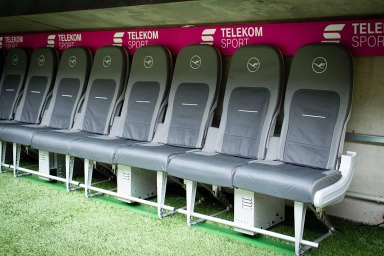 Sitzbank der Spieler und Trainer des FC Bayern Münchens in der Allianz Arena in München.