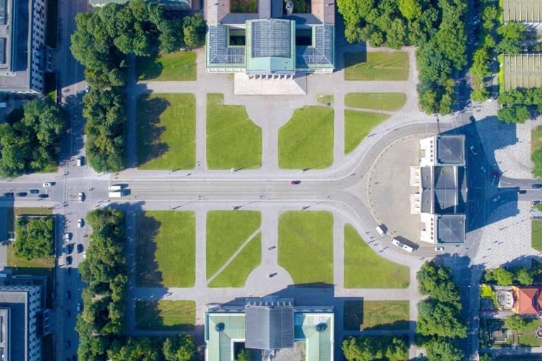 Der Königsplatz in München von oben mit der Drohne fotografiert.