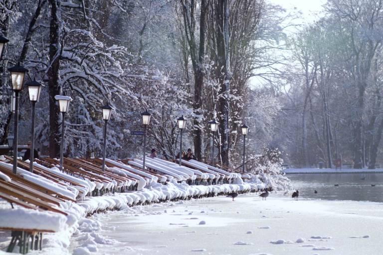 Das Seehaus im Englischen Garten im Winter in München