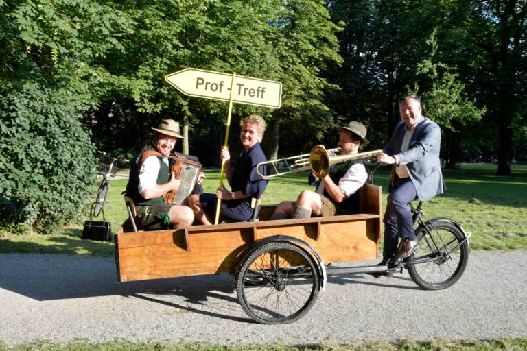 Die MCA-Vorsitzende Andrea Bisping und zwei Musikanten werden im Lastenfahrrad von Bürgermeister Josef Schmid zum ProfTreff in München gefahren
