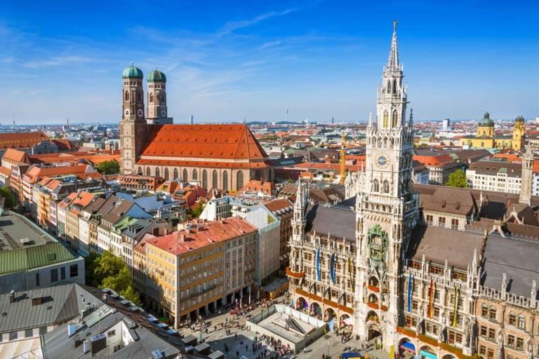 Der Marienplatz in München mit Frauenkirche und Neuem Rathaus von oben fotografiert.