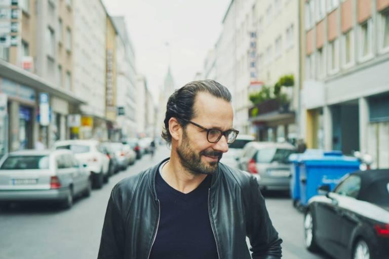 Portrait von Konstantin Grcic auf einer Straße in München.