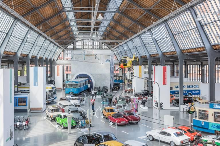 In der Halle vom Verkehrszentrum des Deutschen Museums stehen Autos und U-Bahnen