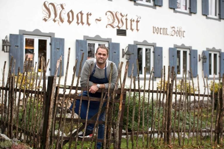 Koch Florian Lechner im Garten des Restaurants Moar-Wirt.