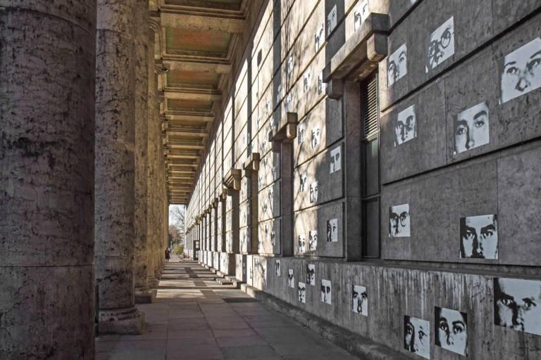 Plakate und Säulen vor dem Haus der Kunst in München.