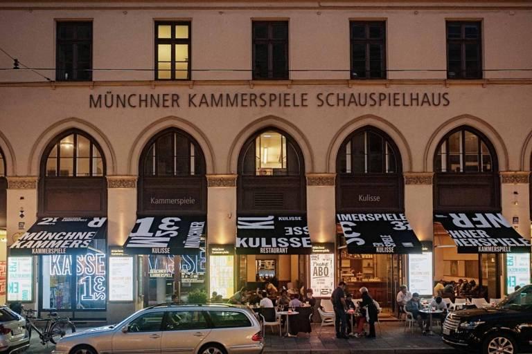 Blick auf das Schauspielhaus der Münchner Kammerspiele in der Maximilianstraße bei Nacht.
