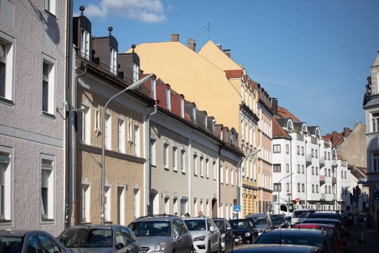 Verschiedene Hausfassaden im Sonnenlicht in München.