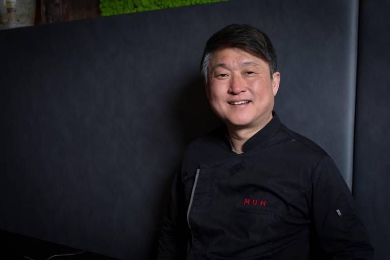 Chefkoch Mun Kim in seinem Restaurant MUN in München
