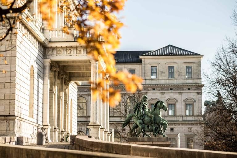 Die Akademie der bildenden Künste in München im Herbst.
