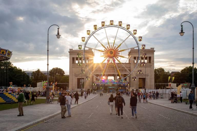 """Riesenrad auf dem Königsplatz München bei der Aktion  """"Sommer in der Stadt""""."""