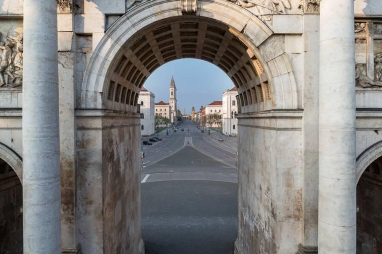Der Blick durch das Siegestor in die Ludwigstrasse