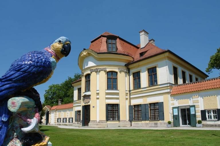 Ein Porzellan-Papagei im Garten der Porzellan-Manufaktur Nymphenburg in München.