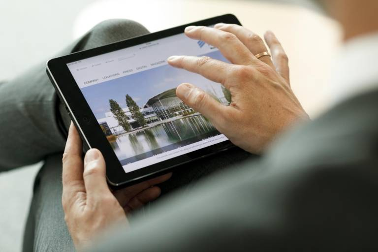 Detailaufnahme eines Tablets in den Händen einer Frau.
