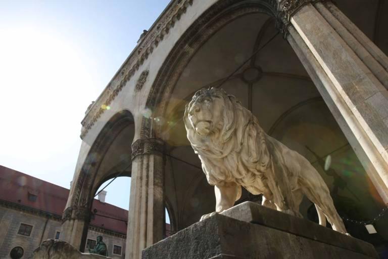 Statue eines Löwen vor der Feldherrnhalle am Odeonsplatz in München.