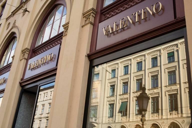 Fassaden der Münchner Maximilianstraße spiegeln sich in einem Schaufenster.