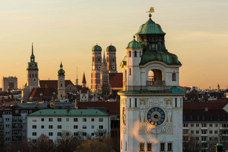 Panorama des Müllerschen Volksbades in München, im Hintergrund die Türme der Frauenkirche.