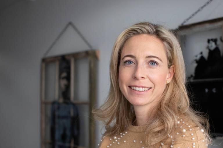 Eine blonde Frau im Porträt in München.