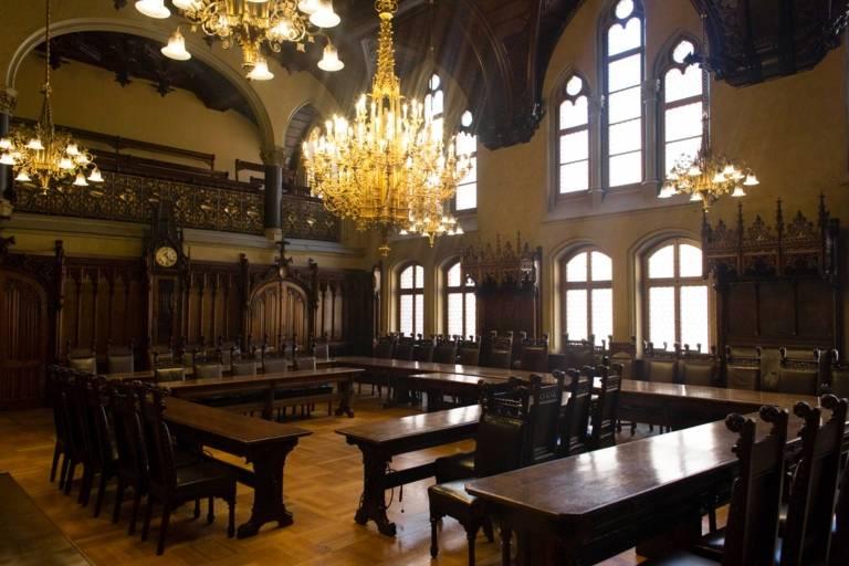 Großer Sitzungssaal des neuen Rathauses in München.