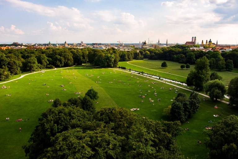 Der Englische Garten in München von oben mit der Drohne aufgenommen.