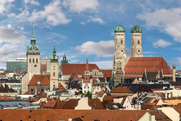 Innenstadt-Panorama mit Frauenkirche in München.