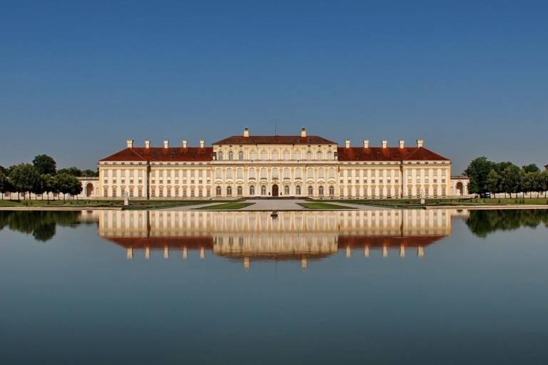 Das Schloss Schleissheim spiegelt sich im Wasser des Sees.