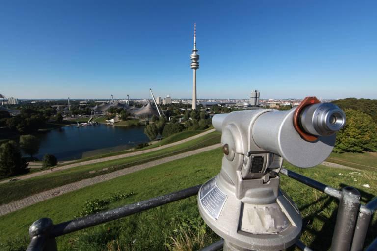 Fernrohr auf der Aussichtsplattform am Olympiaberg mit Blick über den Olympiapark