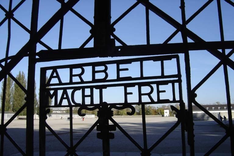 Eingangstor zur Gedenkstätte in Dachau.