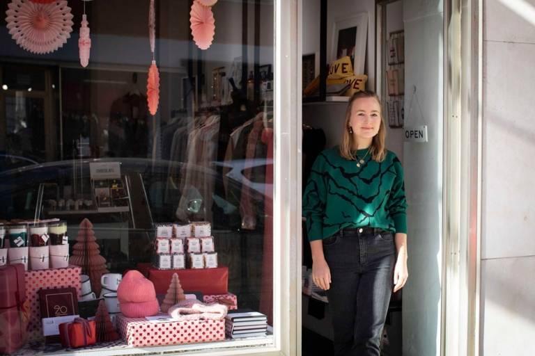 Stephanie Zürn steht in der Tür ihres Ladens Capricorn Store in München.