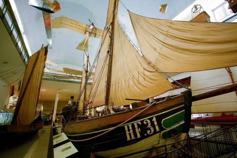 Das Deutsche Museum in München ist eines der traditionsreichsten und größten Wissenschafts- und Technikmuseen der Welt. Nicht verpassen sollten Sie die Ausstellung Schifffahrt.